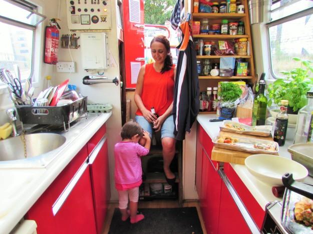 Tita Isabel y Violeta en la cocina de la barcaza.